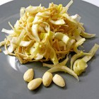 Salade de nouilles, endives et amandes